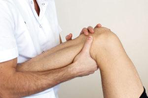 доктор трогает коленку при артрозе суставов