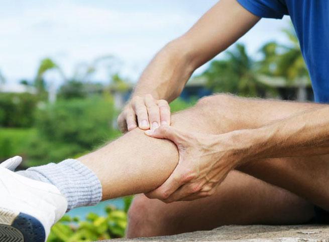 Боль в колене при ходьбе: причины, симптомы, лечение