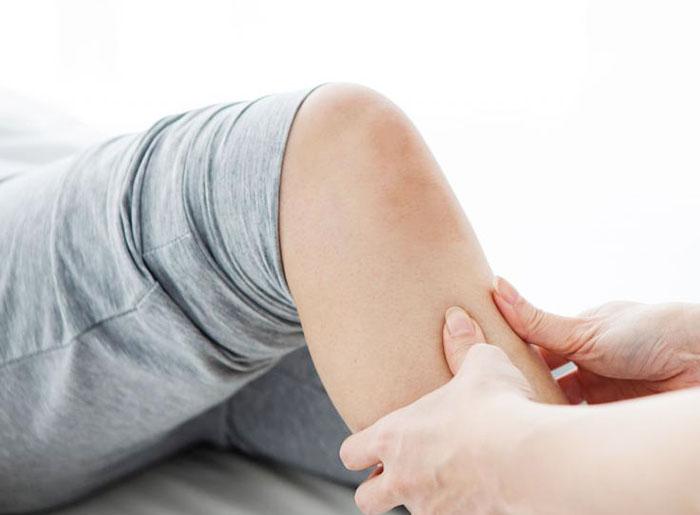 Хрустят колени: возможные причины, диагностика и лечение