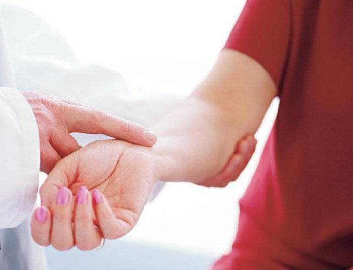 Боль в руке от локтя до кисти: причины, симптомы, лечение