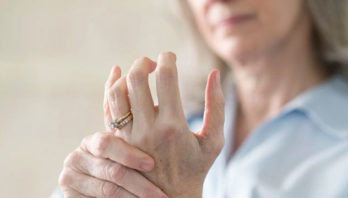 Щелкают суставы: что делать? Причины и способы лечения