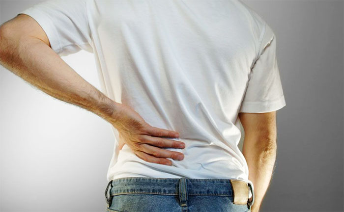 Боль в пояснице у мужчин: почему появляется? Симптомы и лечение